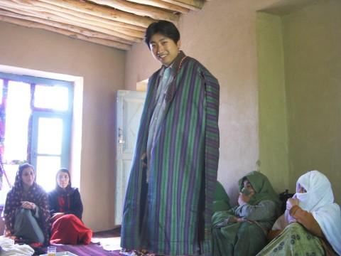 アフガニスタン勤務中に女性職業訓練プロジェクト(養蚕)を実施しました。シルクの伝統衣装を着せてもらいました。